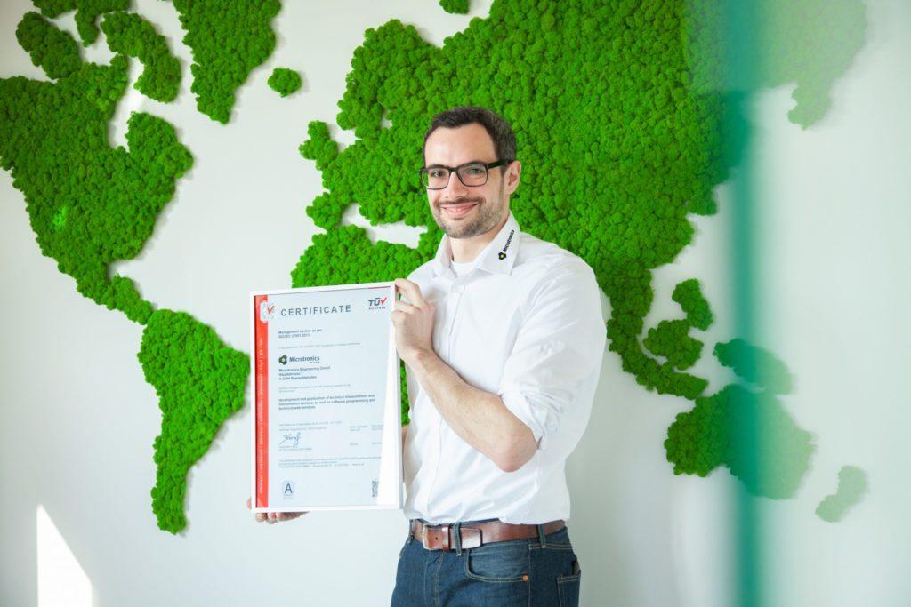 CISO Klaus Potzmader mit dem ISO/IEC 27001 Zertifikat